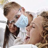 frau auf dem behandlungsstuhl - angst in der zahnarztpraxis