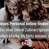 Zwei junge Frauen auf Jobsuche vor dem Computer: Neues Personal für die Zahnarztpraxis online finden.