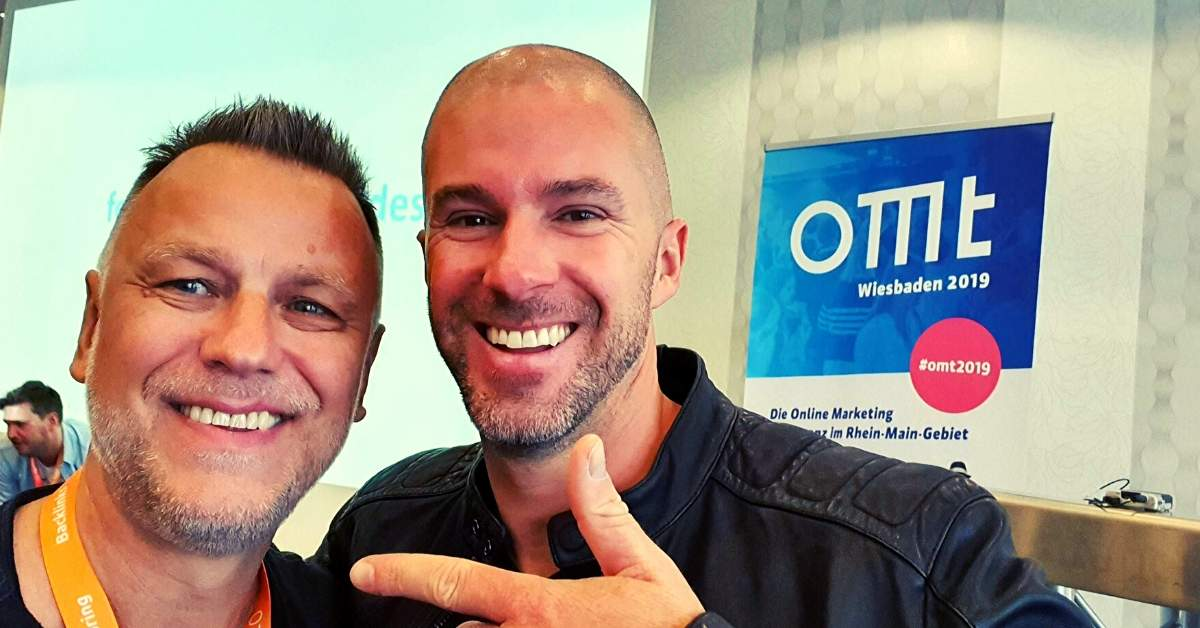 Klaus Schenkmann mit Felix Beilharz auf der Bühne des OMT 2019. Themen rund um das Onlinemarketing in Wiesbaden.