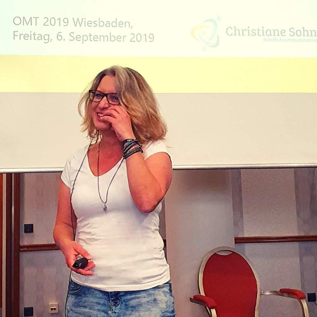 Texterin Christiane Sohn auf der Bühne des OMT 2019. Themen rund um das Onlinemarketing in Wiesbaden.