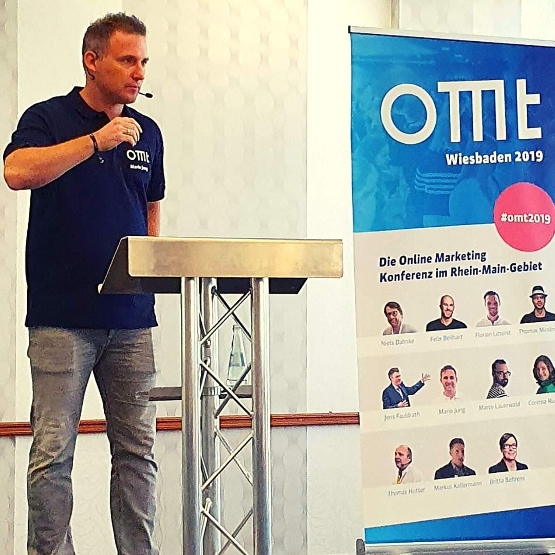 Mario Jung auf der Bühne des OMT 2019. Themen rund um das Onlinemarketing in Wiesbaden.
