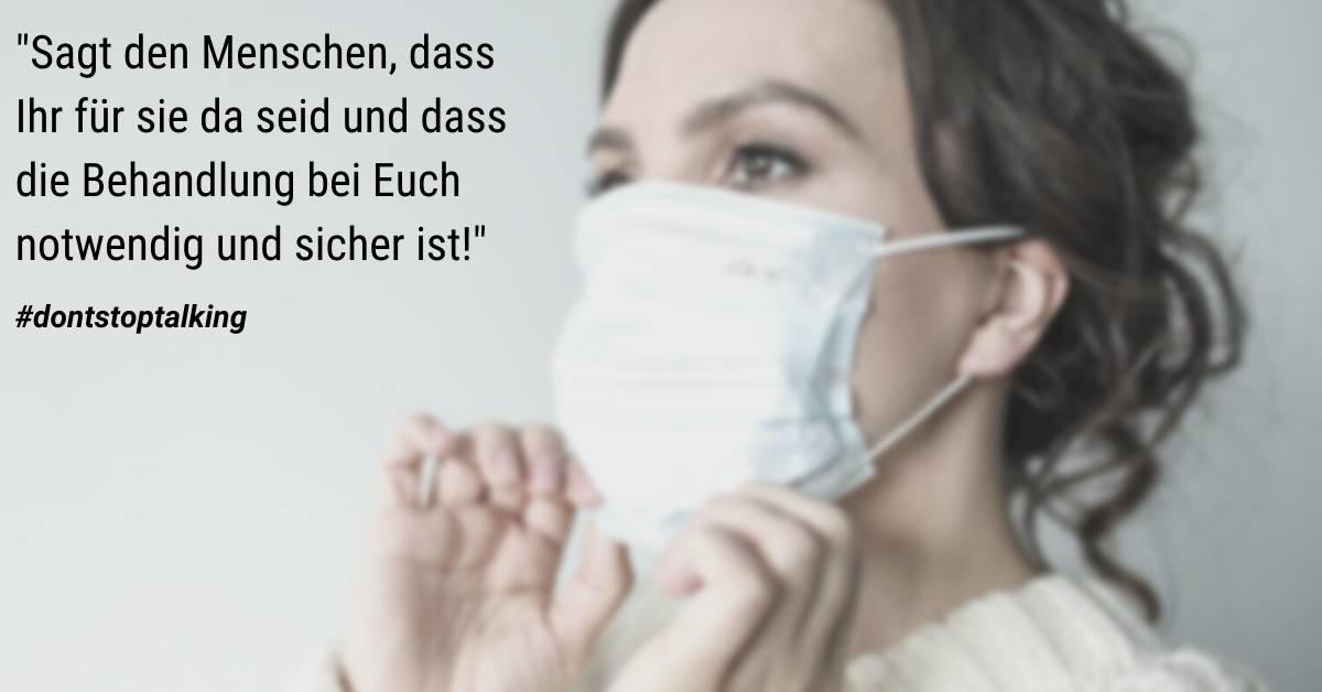 """Frau mit Mundschutz und Text: """"Sagt den Menschen, dass Ihr für sie da seid und dass die Behandlung bei Euch notwendig und sicher ist!"""""""